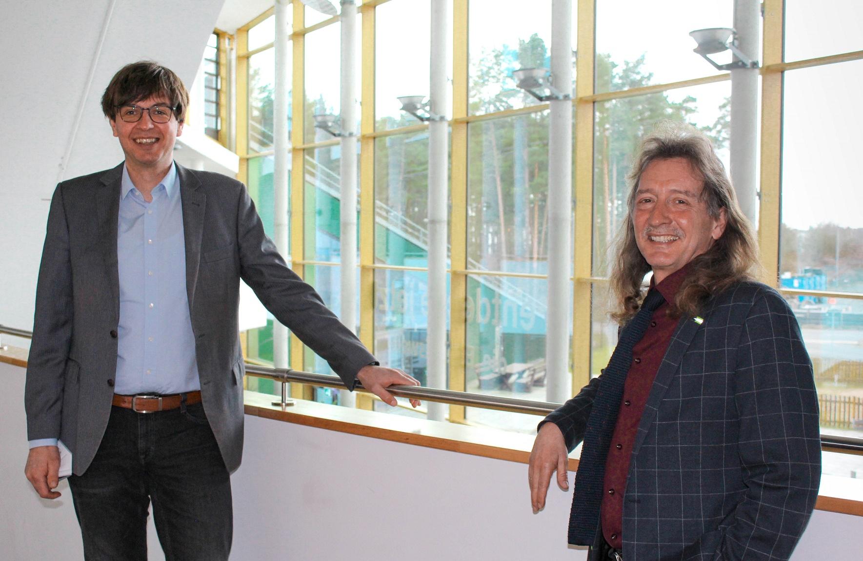 Robert Grzesko, Mobilitätsberater von emevo, und Frank Schmetzke, Vereinsvorsitzender bei der Vereinsumbezeichnung zum Kompetenzzentrum Erneuerbare Mobilität M-V e.V.